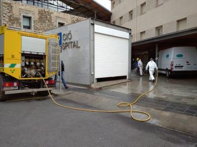 Desinfecció dels voltants i entrades de l'Hospital i de la Comissaria dels Mossos d'Esquadra, i del recinte de l'estació d'autobusos