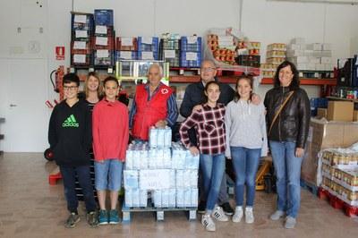 Els alumnes de 6è de l'escola Albert Vives aporten 240 litres de llet al projecte comarcal Aliments per la Solidaritat