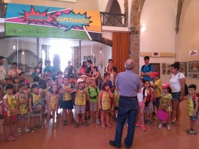 Els nens i nenes del Casal Municipal d'Estiu visiten l'exposició 'Herois i Súperherois' seguit d'un taller de dibuix i maquillatge facial