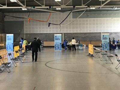 En marxa la vacunació massiva contra el Covid-19 a la Seu d'Urgell a la pista polivalent de la zona esportiva municipal