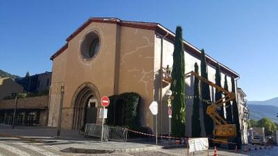 Es pinta la façana de sant Domènec de la Seu d'Urgell