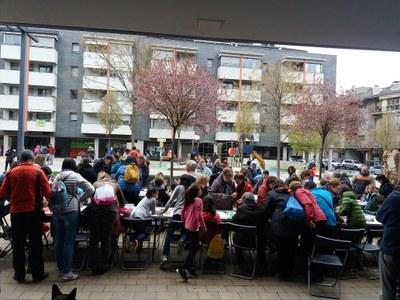 Èxit de participació en el taller intergeneracional de manualitats dedicat a la diada de Sant Jordi