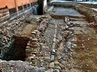 Finalitzen els treballs de delimitació arqueològica del pati de Les Monges amb el descobriment d'un tram de la muralla baix medieval que tancava la ciutat