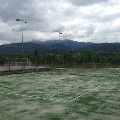 La pista de tennis número 1 de la zona esportiva municipal ja gaudeix de gespa artificial