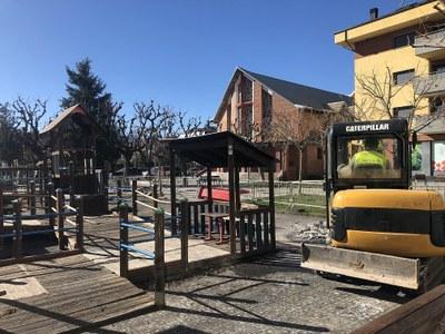 La plaça de les Moreres renova la seva superfície i els jocs infantils