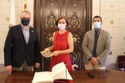 La Secretària General de l'Esport, Anna Caula, signa en el Llibre d'Honor de la Seu d'Urgell