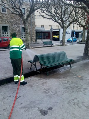 La Seu d'Urgell desinfecta bancs, baranes i papereres per evitar el risc de contagi del coronavirus