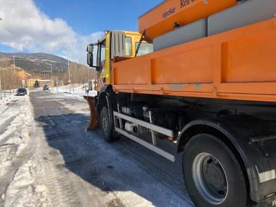 La Seu d'Urgell encara el tercer dia de gestió de la nevada amb la incorporació de maquinària pesant per retirar neu i gel