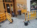 Obres d'arranjament del paviment al passadís del Centre Cívic El Passeig
