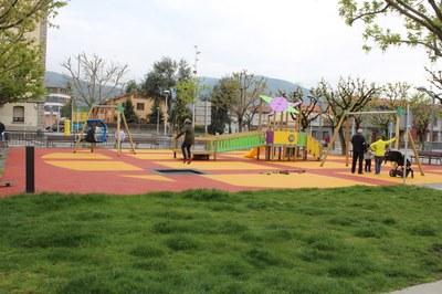 Renovada la zona de jocs infantils de la plaça de les Moreres de la Seu d'Urgell