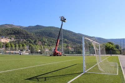 S'instal·len focus LED a les torres d'il·luminació del camp de futbol